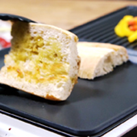 Brot und Paprika anbraten