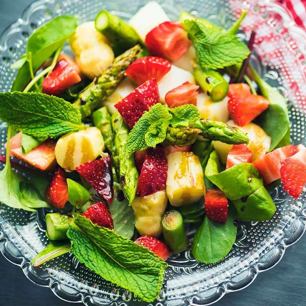 Spargelsalat_mit_Minze_und_Erdbeeren_1000px